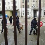 Proti těm, kteří by se chtěli pokusit z obklíčení utéct, byli povoláni policejní psi.
